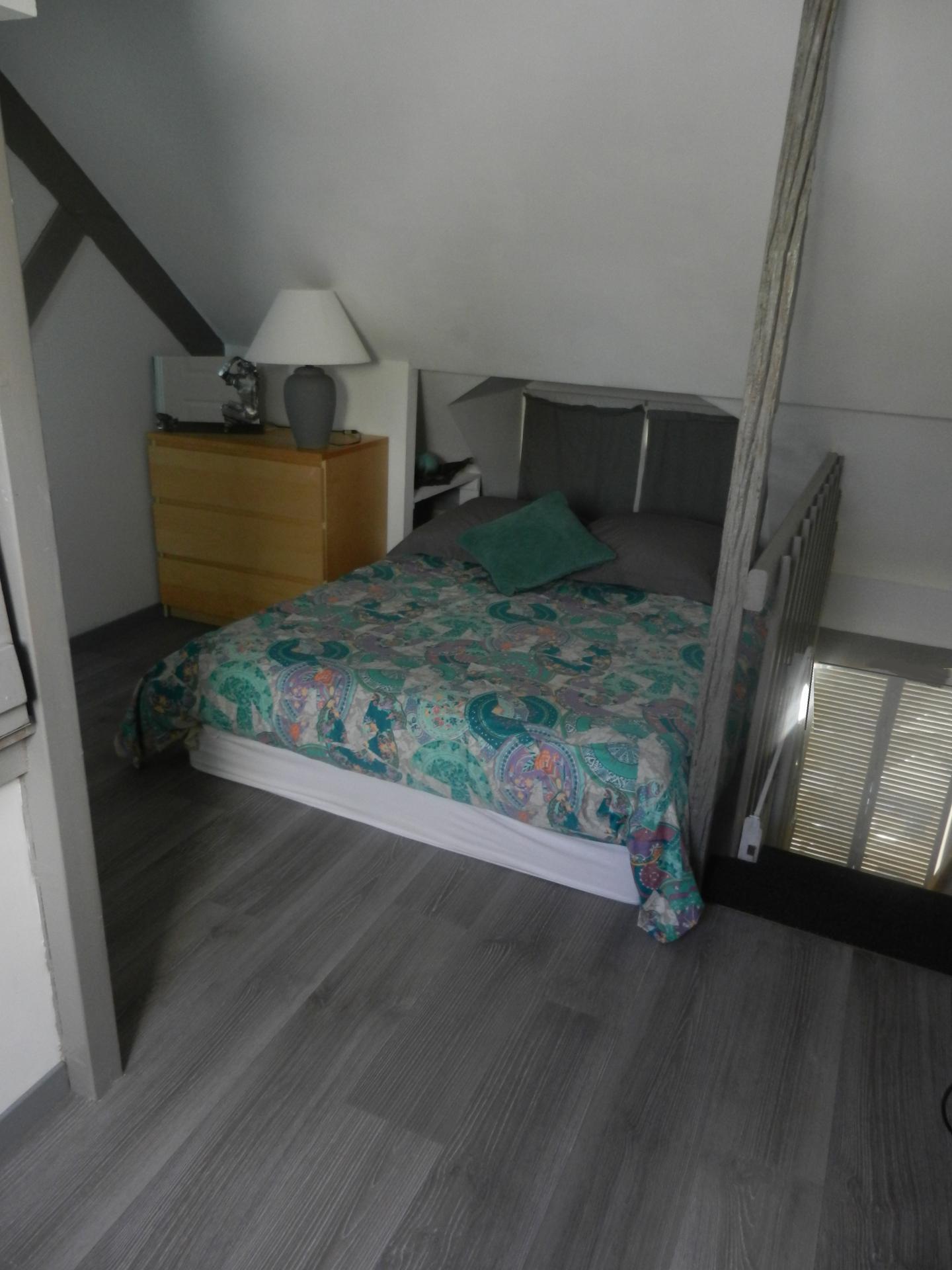 lit 2 personnes étage fenêtre fermée